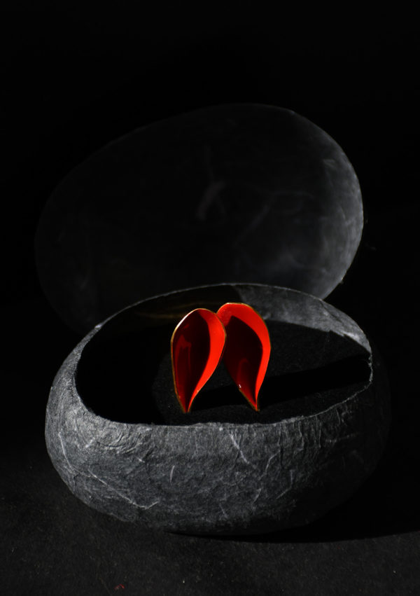 Bague fantaisie Rabbit ring I En or 22k émail Bleu/rouge I Vue packshot I Melina Kistani I Label AÉ Paris