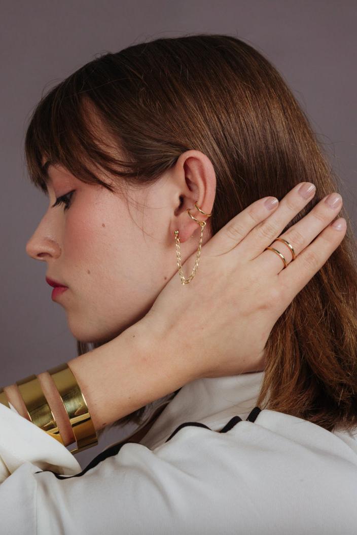 Boucle d'oreille variante de la manchette de poignet de la maison Dàvila.