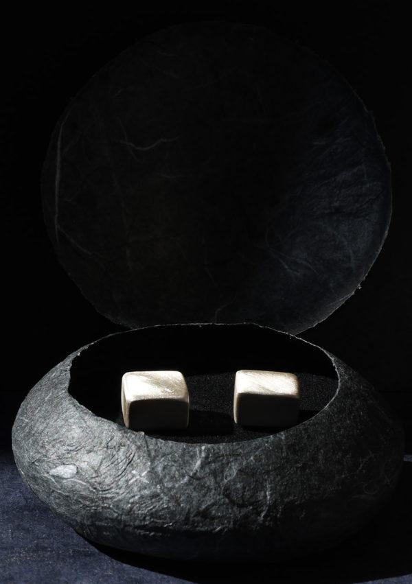 Boucles d'oreilles cube Square box I argent massif et or 22k I Vue packshot I Melina Kistani I Label AÉ Paris