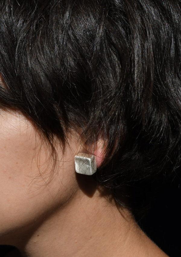 Boucles d'oreilles cube Square box I argent massif et or 22k I Vue portée I Melina Kistani I Label AÉ Paris