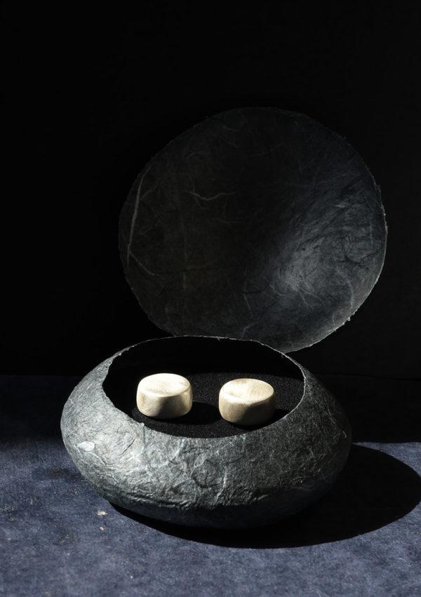 Boucles d'oreilles cylindre Little box I argent massif et or 22k I Vue packshot I Melina Kistani I Label AÉ Paris