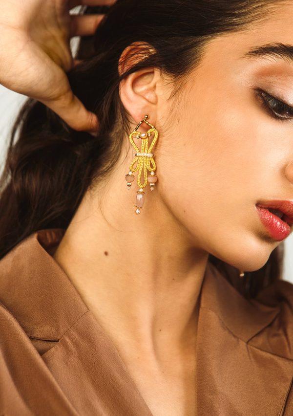Boucles d'oreilles tissées main I En fils d'or et quartz roses I Vue de face 2 I Nunki by SL I Label AÉ Paris