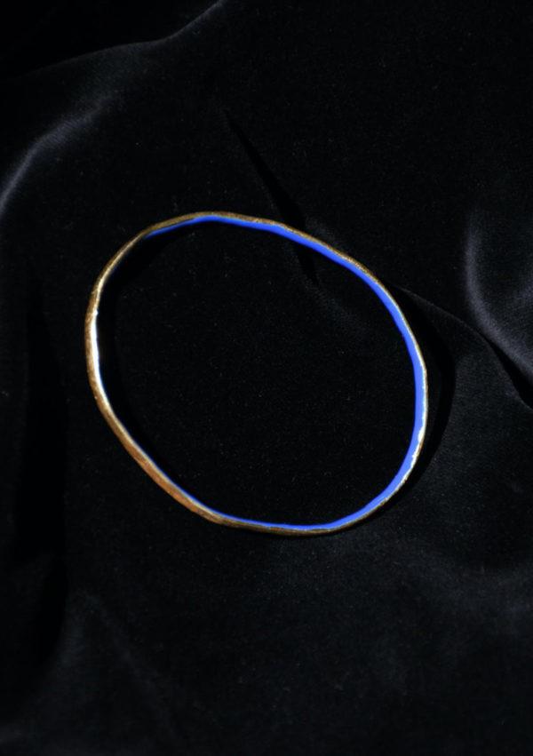 Broche sculpture Oval Circus Hoop I En or 22k et émail bleu/rouge I Melina Kistani I Label AÉ Paris