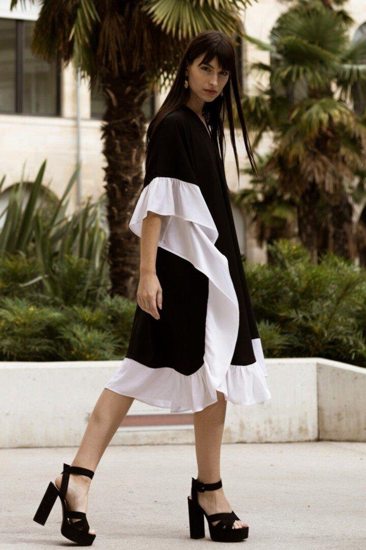 Robe en soie caftan à volent – Noir/blanc – Vue de profil | Label AÉ