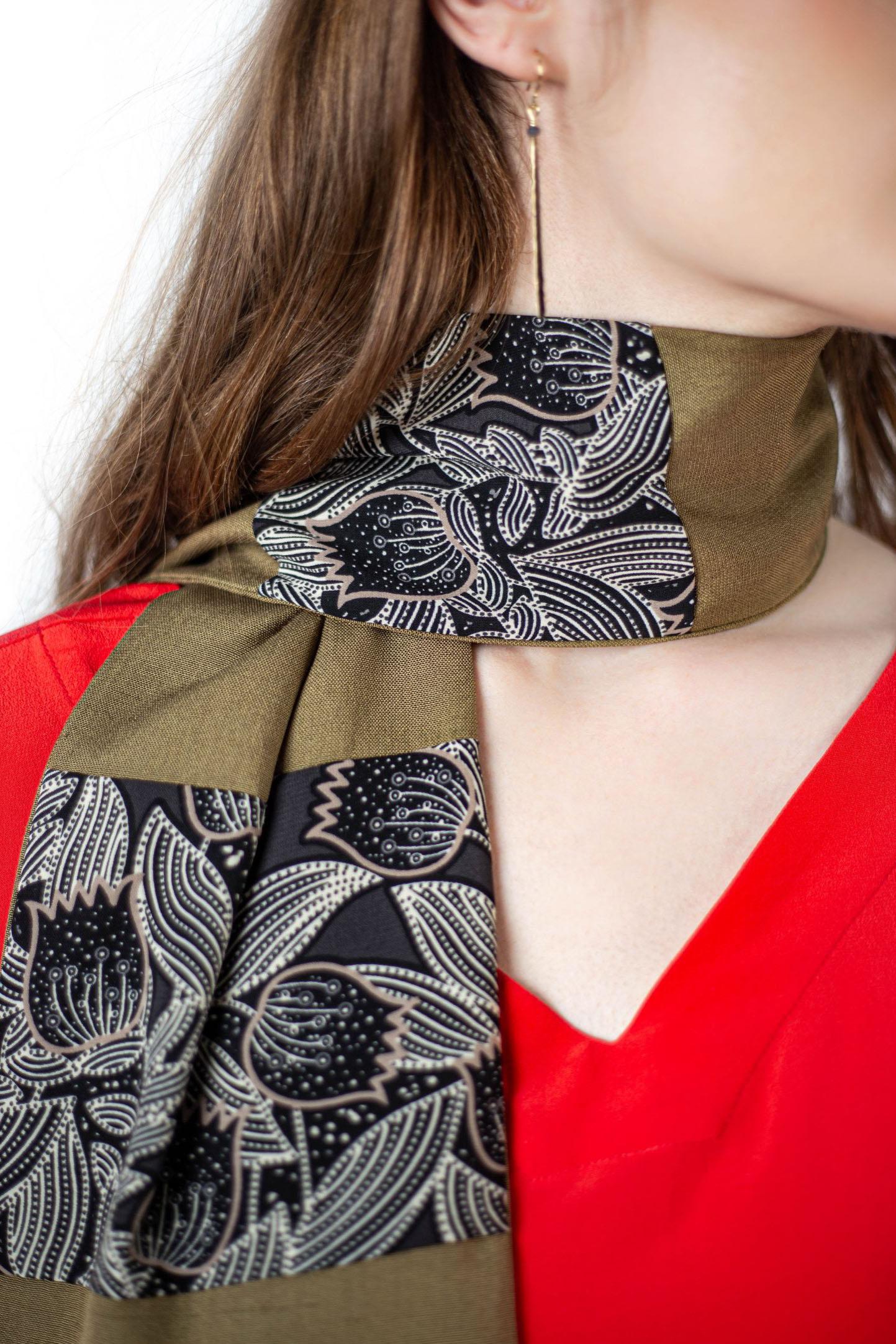 Écharpe en fond de soie vert kaki à motif fleurs de chez ARMANCE ET APOLLINE