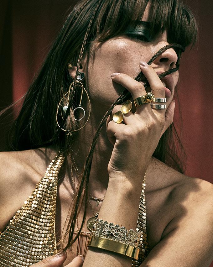 femme portant des bijoux, bagues, boucles d'oreilles
