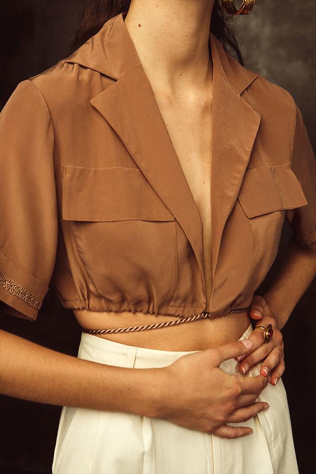 Chemise en soie marron pour l'édito du Label AÉ Paris