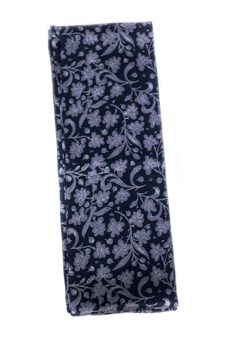 Écharpe en soie pour femme couleur bleue et imprimée avec d'élégantes fleurs grises.